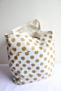 付録のバッグを裏返したら可愛い柄のバッグに早変わり!というシーン