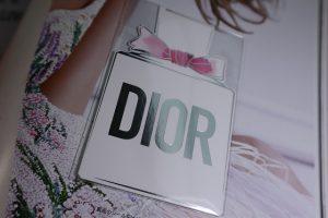 ディオールの香水の香りのサンプルが貼られているページ