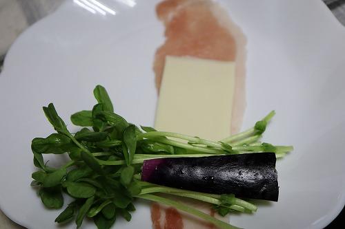 豆苗・茄子・チーズを肉で巻いているところ
