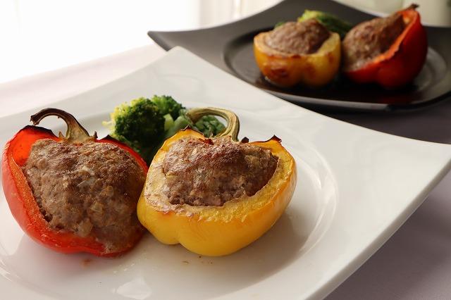 パプリカの肉詰めの盛り付け例