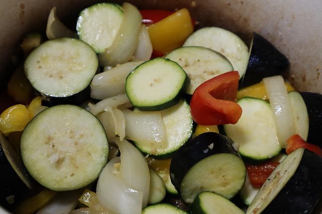 茄子を入れて炒めているところ