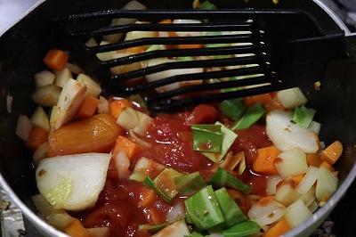 ホールトマトを入れているところの写真
