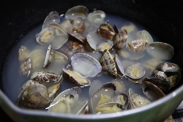 鍋の中でアサリの殻が開いたところ