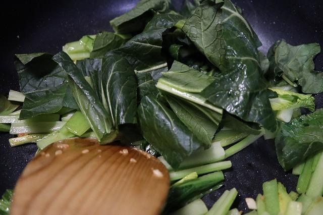 緑の葉も入れて炒めているところ