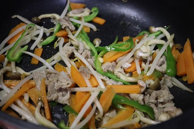 フライパンに野菜を入れて炒めているところ