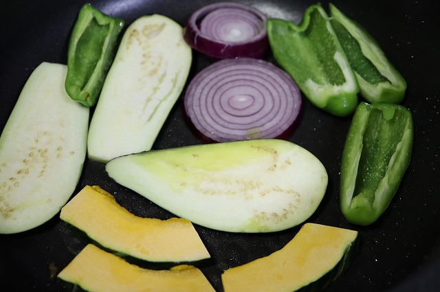 フライパンに野菜を乗せて焼いているところ