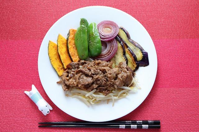 バーベキュー風・牛肉と野菜焼きの出来上がり品をディスプレイしたカバー写真