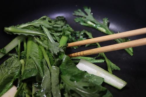 野菜類をフライパンに入れ、炒めているところ