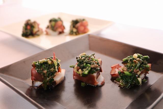 「たこの野菜ソースがけ」料理の出来上がり品のアップ
