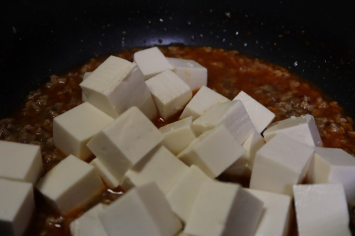 豆腐を入れているところ
