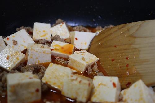豆腐を入れたあと混ぜているところ