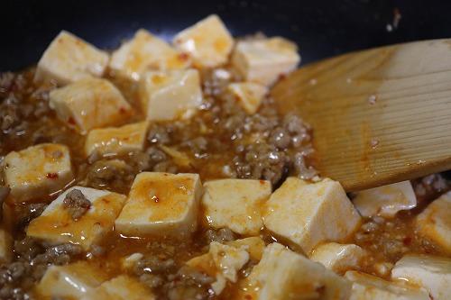 片栗粉液をフライパンに入れて混ぜているところ