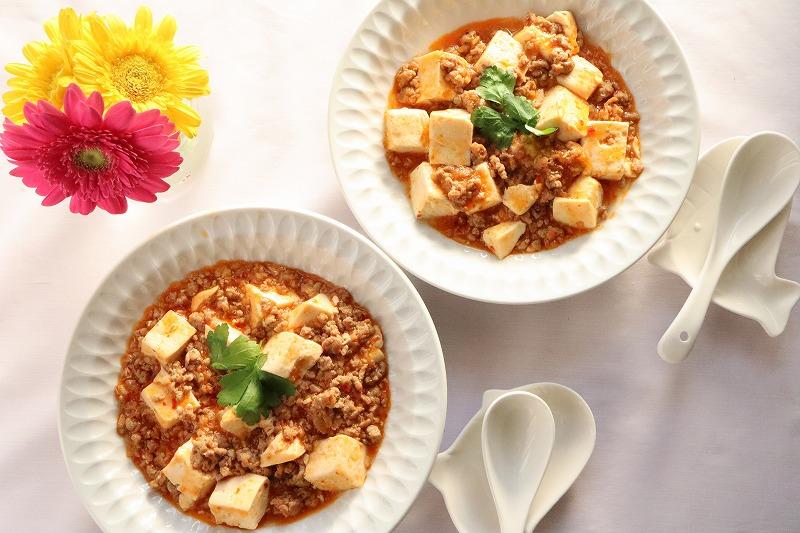 マーボー豆腐をテーブルセッティングしたカバー写真