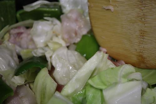 フライパンに野菜と肉を入れて炒めているところ