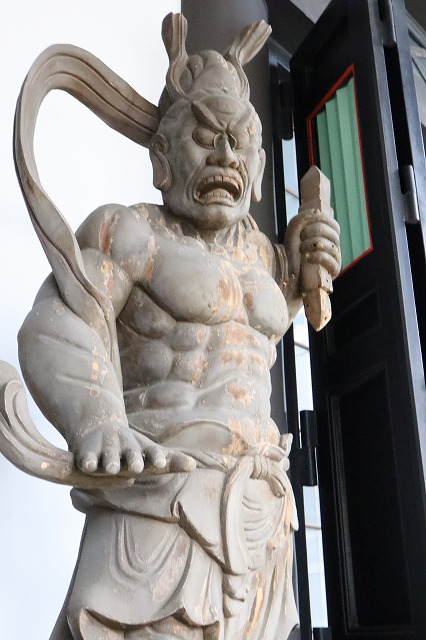 寺の入り口・右側の仁王様の像