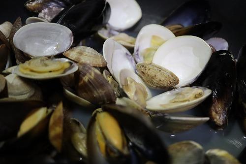 あさりなどの貝類をワイン蒸ししているところ