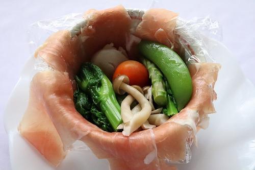 生ハムの上に野菜を詰めているところ