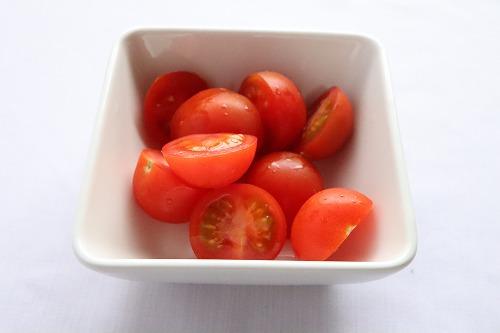 プチトマトを半分に切ったところ