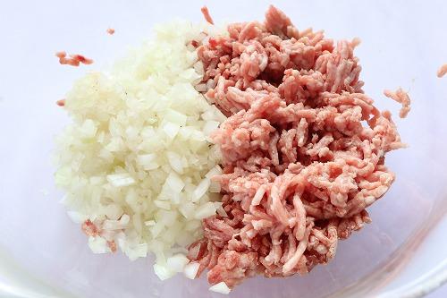 ひき肉と玉ねぎのみじん切りを入れたところ