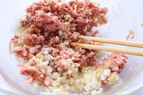 ひき肉と玉ねぎを混ぜているところ