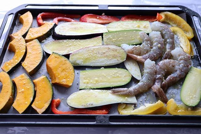 海老と野菜にオリーブオイルとパルメザンチーズをかけたところ