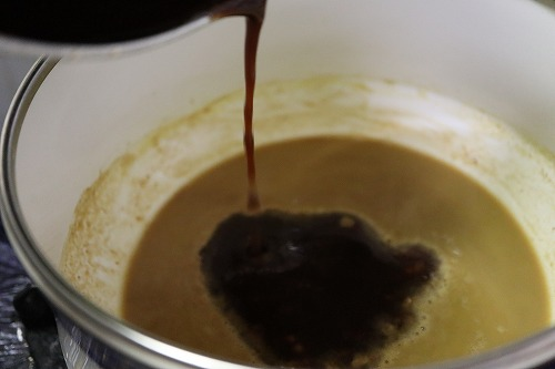 別の鍋で煮詰めたバルサミコ酢とトマトジュースの液を加えたところ