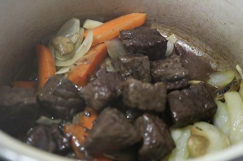野菜を焼いたところに肉をくわえているところ