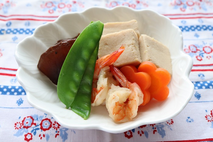 高野豆腐と海老の含め煮の完成品のテーブルセッティング