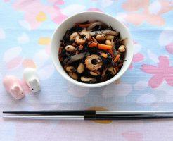 大豆入りひじきの煮物のテーブルセッティングしたカバー写真
