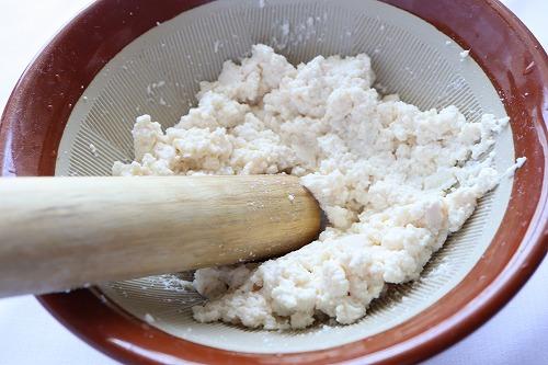 豆腐をすり鉢に入れ、くずしている過程
