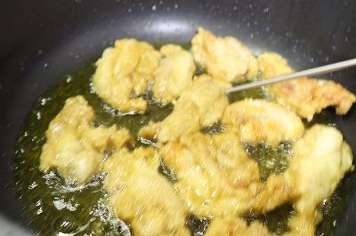 鶏肉を油で揚げているところ