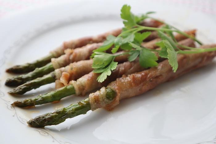 アスパラガスの肉巻きの完成品のアップ