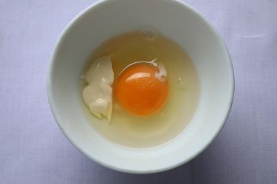 卵にマヨネーズを加えているところ