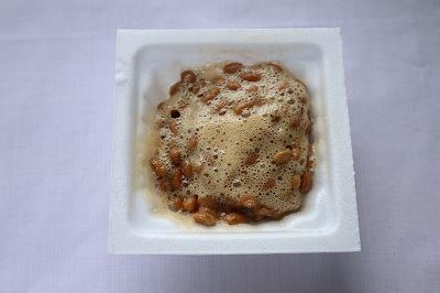 納豆を、タレで混ぜているところ