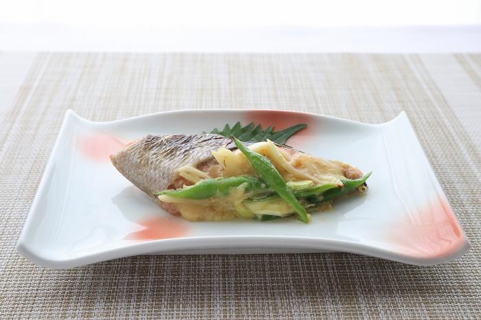 鮭のみそチーズ焼きの完成品を斜め横からの角度で撮影した写真