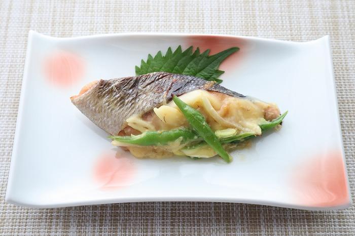 鮭のみそチーズ焼きの完成品をテーブルセッティングしたカバー写真