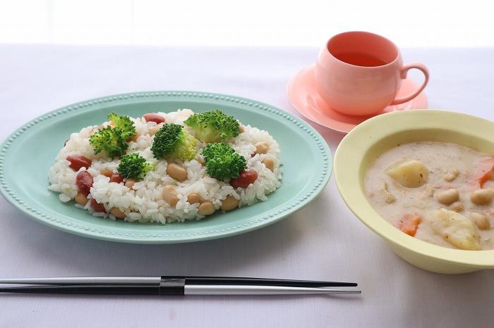 大豆入りちらし寿司の完成品のテーブルセッティングをした写真