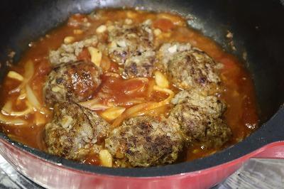 トマトソースにミートボールを加え、煮ているところ
