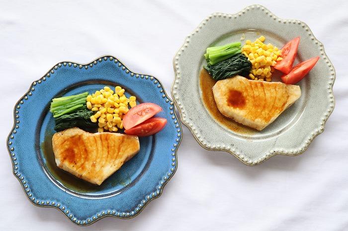 かじきまぐろのバター醤油ソテーをテーブルセッティングした写真