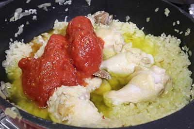トマトのホール缶とサフラン水を加えているところ
