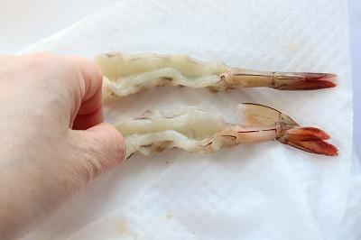 海老の背中側を指で押しつぶしているところ