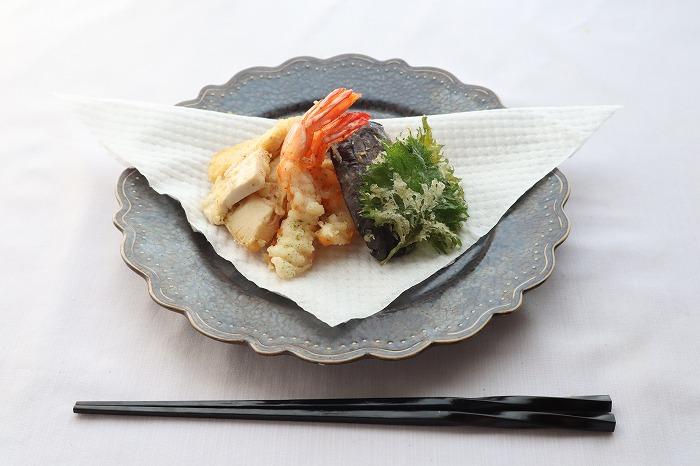 天ぷらの完成品を横からの角度でアップめに撮影した写真