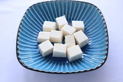 お皿にさいの目に切った豆腐を並べているところ