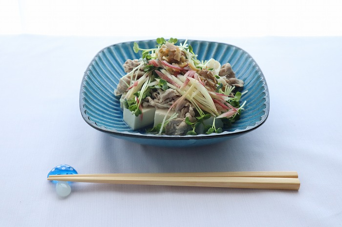 豆腐の豚しゃぶポン酢あえの完成品のテーブルセッティング