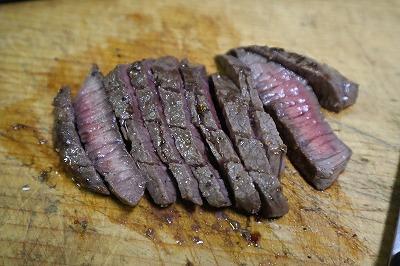 ステーキ肉を焼いているところ