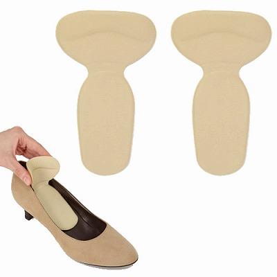 靴ずれ防止グッズを靴に合わせている写真画像