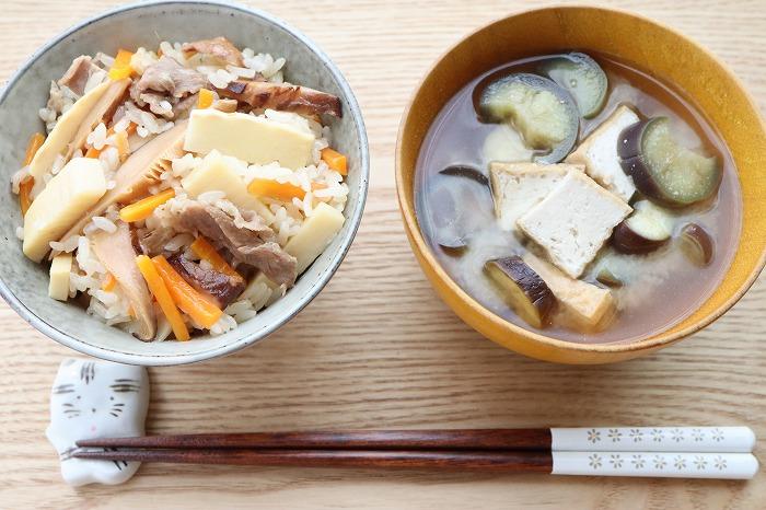 たけのこご飯と厚揚げの味噌汁のアップ