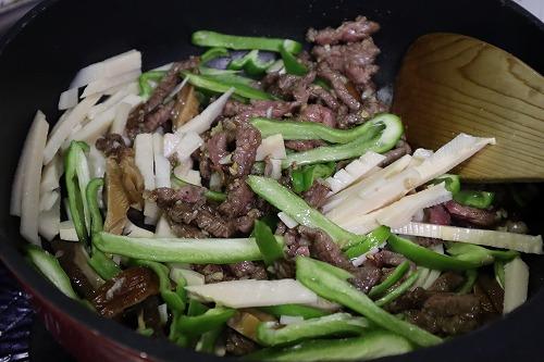 そこにたけのこなどの野菜類を加えて炒めているところ