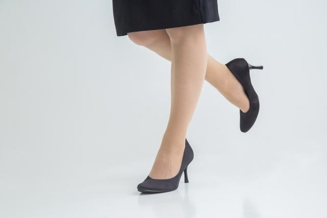 黒いスカートに黒のパンプスの事務員風の足