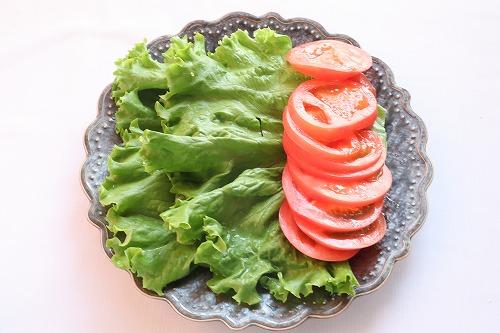 材料のレタスとトマトを切ったところ